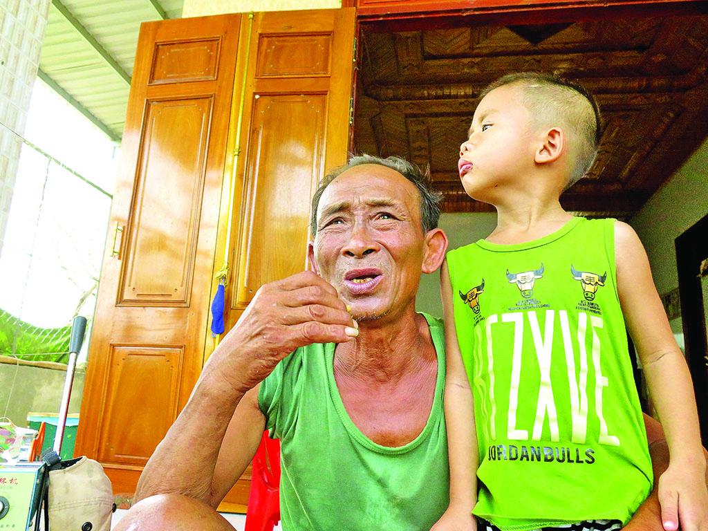 Người cựu binh già giúp dân trong bão - Ảnh 1.
