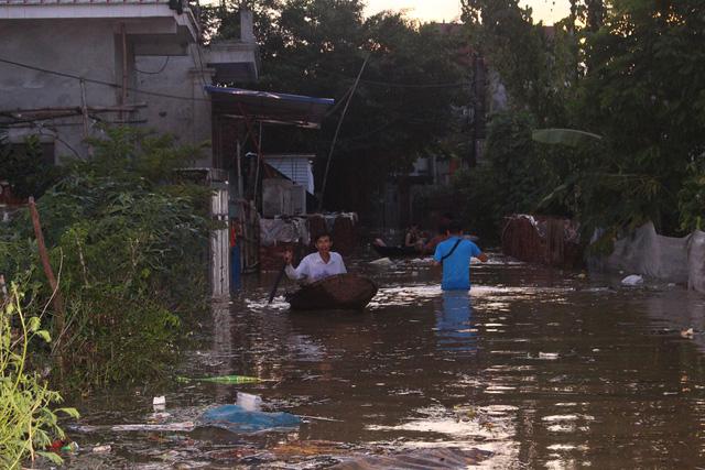 Hà Nội: Đê lở, nước hồi hương ngập trắng - Ảnh 14.