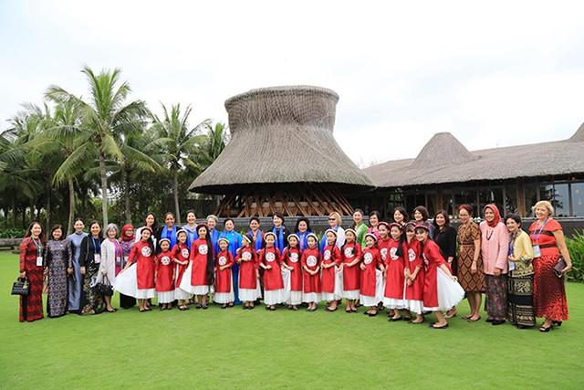 Các đệ nhất phu nhân tham dự APEC hội tụ tại Naman Retreat - Ảnh 1.