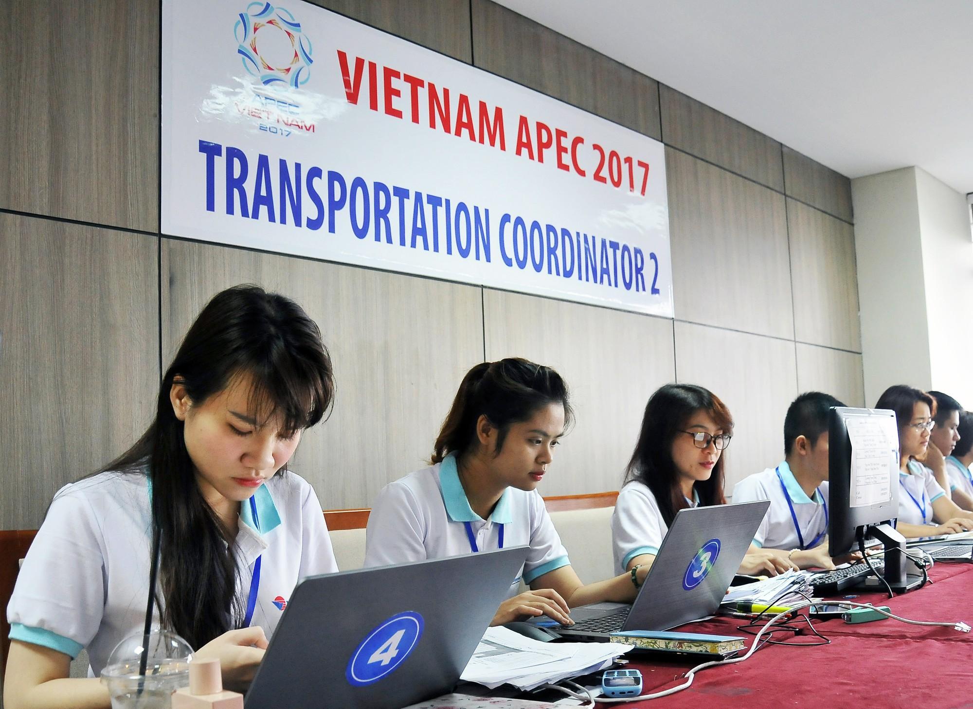 Phía sau những chuyến xe đưa đón đại biểu APEC - Ảnh 2.