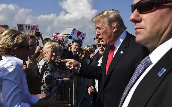 10 tai tiếng của Tổng thống Trump năm 2017