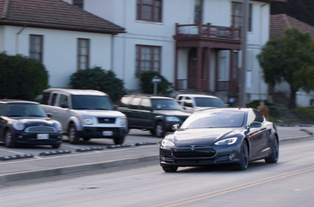 Tesla nâng cấp xe hỗ trợ khách hàng giữa bão Irma - Ảnh 1.
