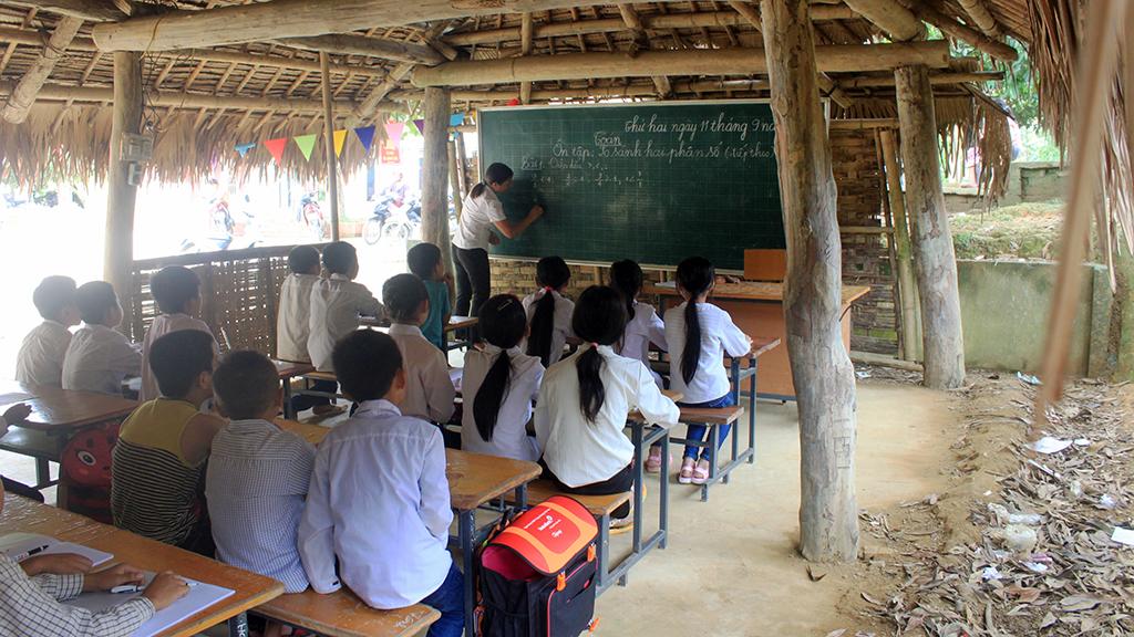 Hàng trăm học sinh học trong phòng tranh tre nứa lá - Ảnh 2.