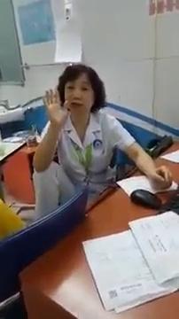 Nữ bác sĩ gác chân lên ghế đôi co với người nhà bệnh nhi - Ảnh 1.