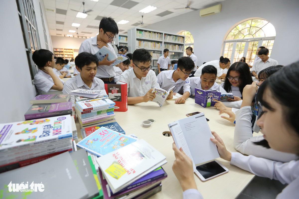 Cựu học sinh xây dựng thư viện mở tặng trường - Ảnh 1.