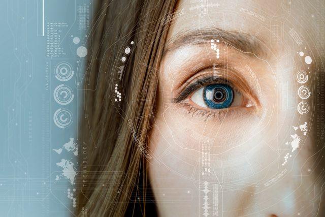 Anh áp dụng công nghệ nhận diện khuôn mặt người mua rượu và thuốc - Ảnh 1.