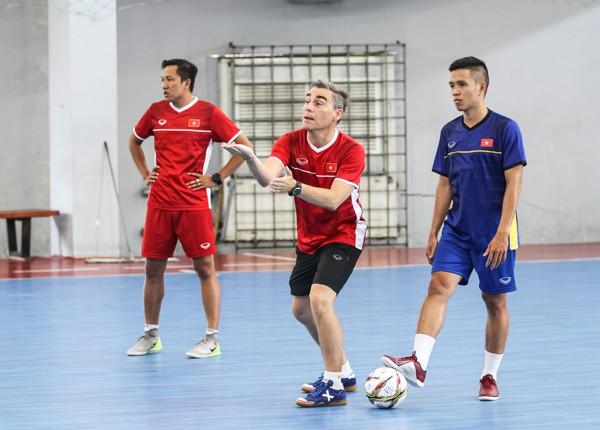 Tuyển futsal VN bị delay chuyến bay khi sang Thái Lan tập huấn - Ảnh 1.