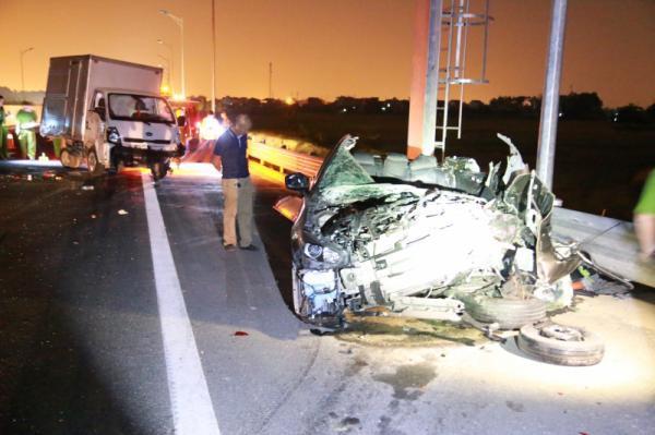 Mazda nát bét trên cao tốc Hạ Long - Hải Phòng, 2 người chết - Ảnh 1.