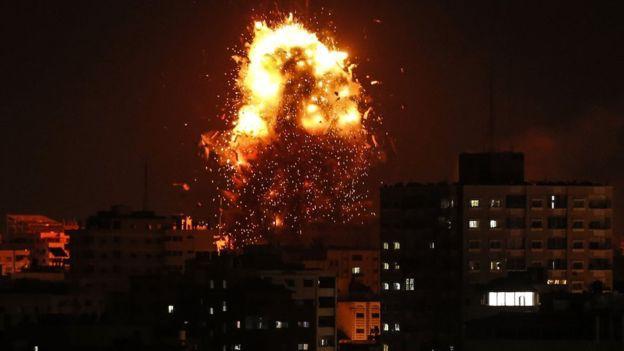 Bom đạn rực trời ở Dải Gaza giữa Israel và Palestine - Ảnh 1.