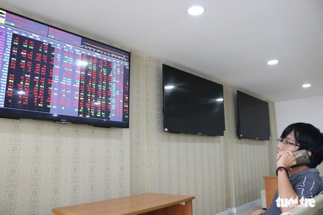 Các sếp ngân hàng thi nhau mua gom khi giá cổ phiếu rớt - Ảnh 1.