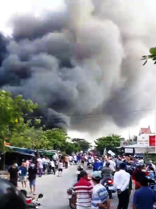 Cháy kho gần cầu Mỹ Thuận, khói bốc cao cuồn cuộn - Ảnh 3.