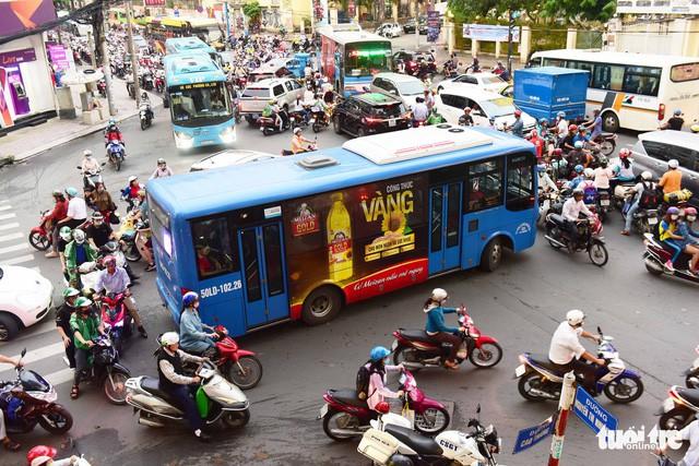 TP.HCM cấp 1.000 tỉ trợ giá, xe buýt vẫn tiếp tục giảm - Ảnh 1.