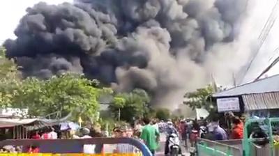 Cháy kho gần cầu Mỹ Thuận, khói bốc cao cuồn cuộn - Ảnh 1.