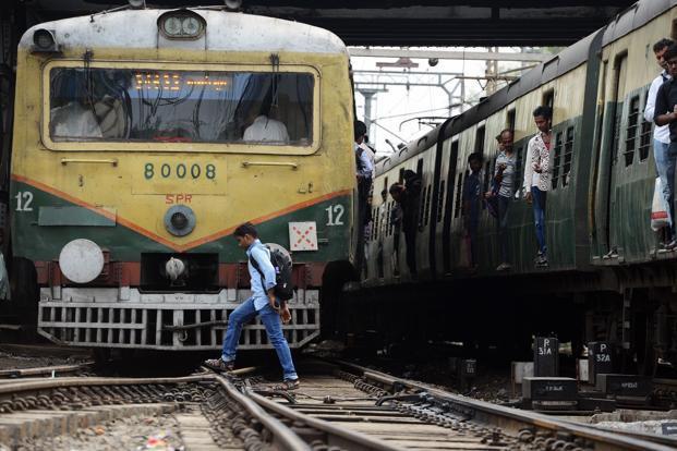 Lo thất nghiệp, 4 thanh niên Ấn Độ lao đầu vào xe lửa tự tử - Ảnh 1.