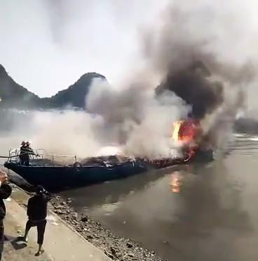 Tàu cao tốc cháy rụi khi neo đậu tại cảng - Ảnh 1.