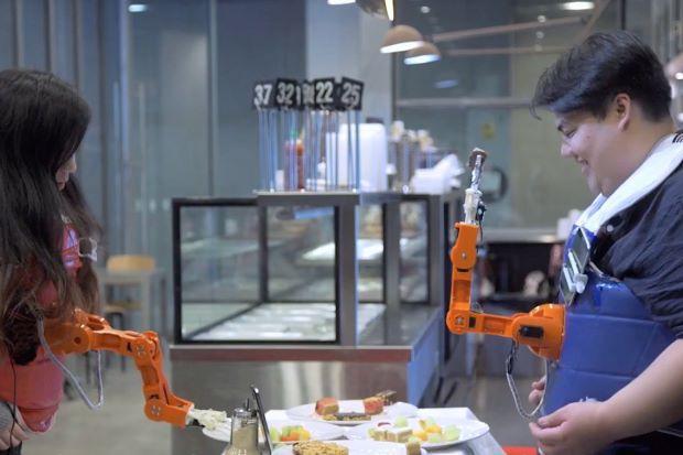 Độc đáo cánh tay robot đút thức ăn cho người - Ảnh 1.