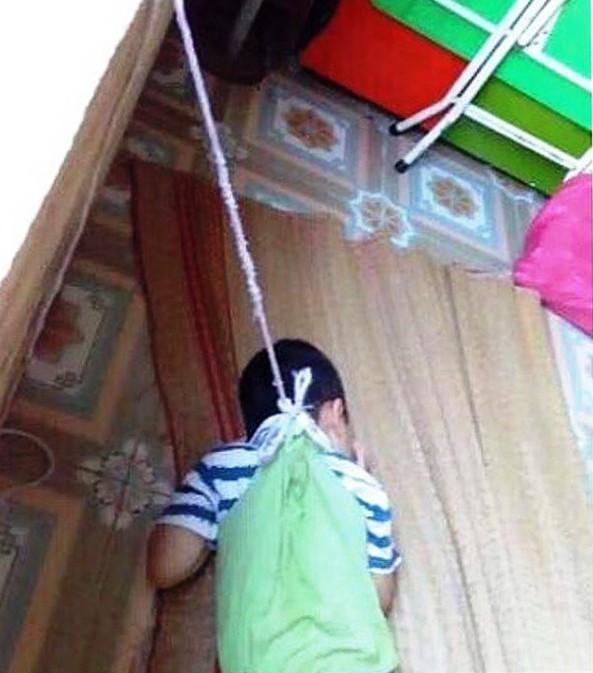 Nghiên cứu môi trường học phù hợp cho bé bị buộc dây vào cửa sổ - Ảnh 1.