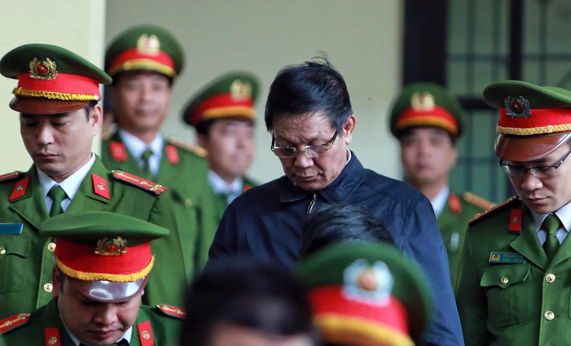 Hai cựu tướng công an phải vào phòng y tế khi tòa tuyên án - Ảnh 1.