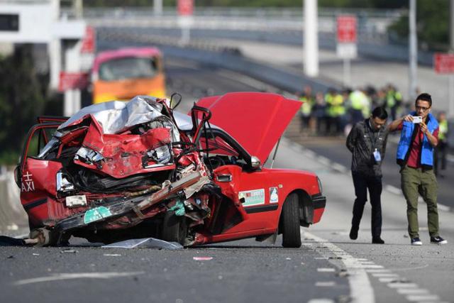 Xe buýt tông taxi, tài xế lẫn khách văng khỏi cửa, 5 người thiệt mạng - Ảnh 1.