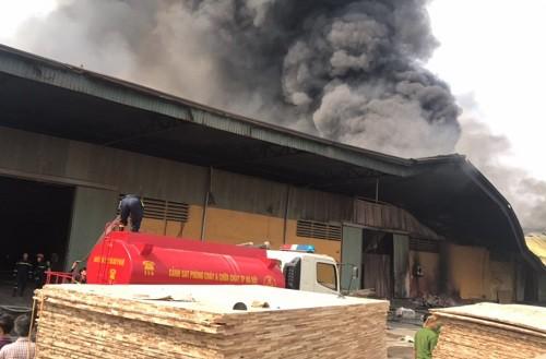 Cháy xưởng gỗ rộng hàng ngàn mét vuông ở Hưng Yên - Ảnh 1.