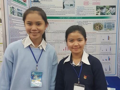 Hai nữ sinh chế tạo thành công màng phủ bảo quản dâu tây từ kén tơ tằm - Ảnh 1.