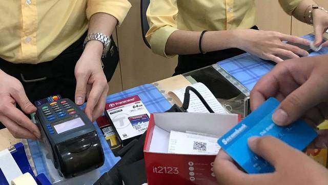 Người Việt mang theo tiền mặt ít hơn - Ảnh 1.