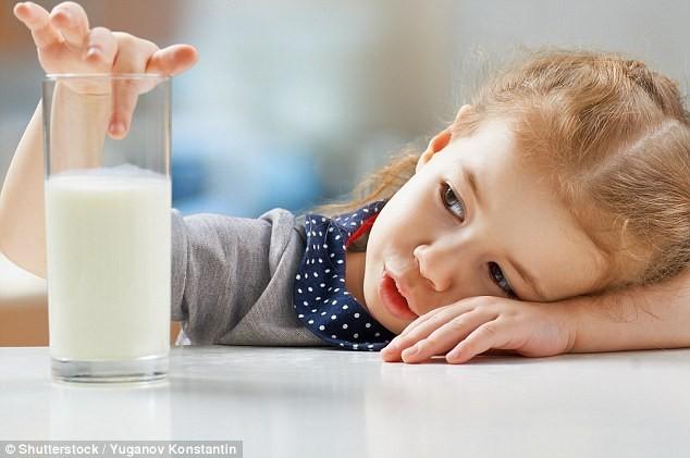 Con thấy sữa là lắc đầu, làm sao đây? - Ảnh 1.