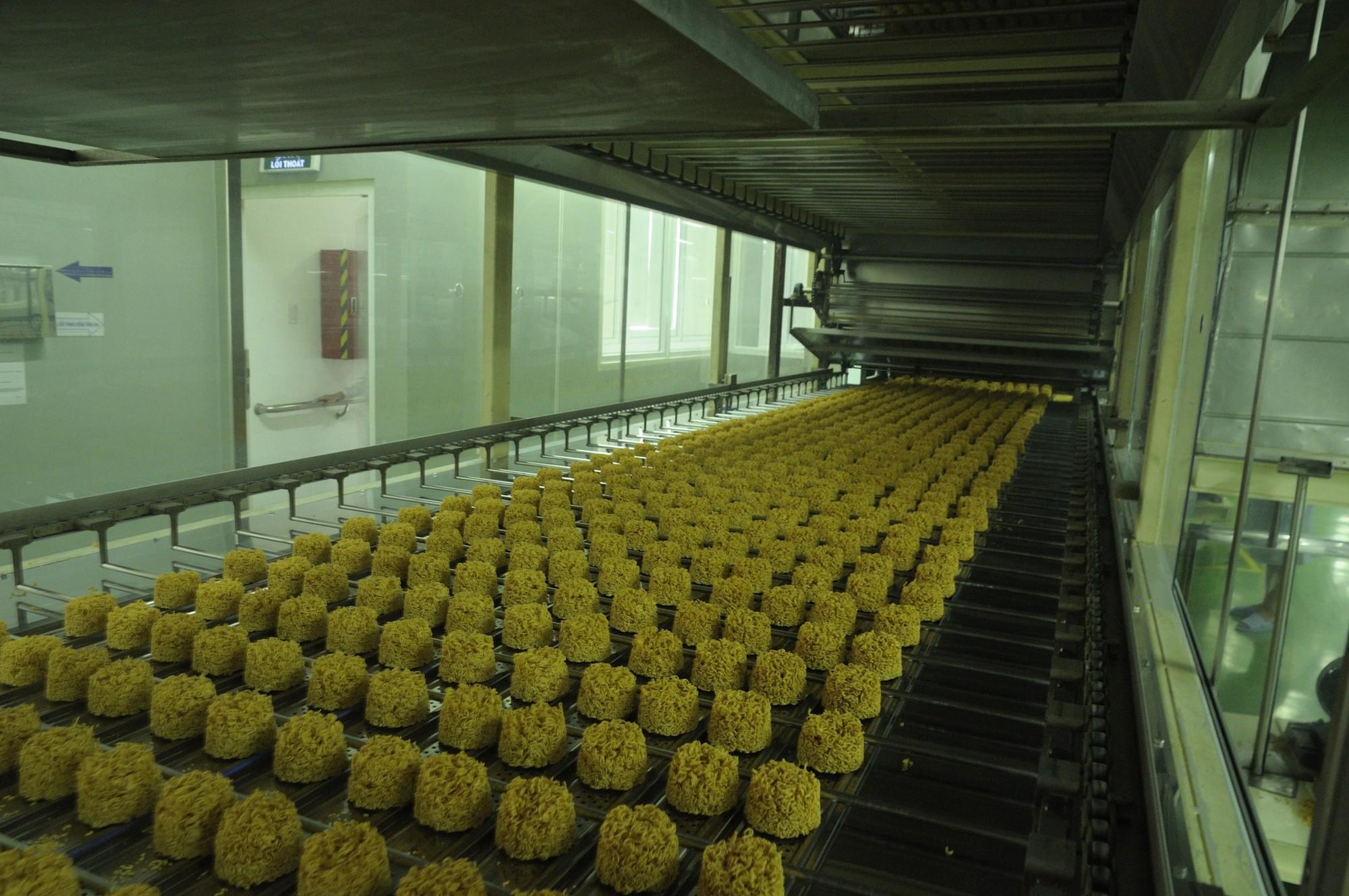 Mì ăn liền hiện đại đang được sản xuất như thế nào? - Ảnh 9.