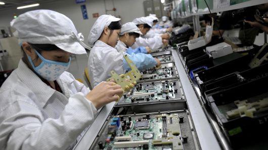 Foxconn và Apple chuyển bớt lắp ráp iPhone từ Trung Quốc sang Ấn Độ - Ảnh 1.
