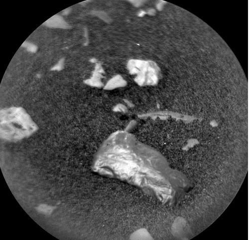 Giới khoa học ngỡ ngàng trước vật thể sáng bóng bí ẩn trên sao Hỏa - Ảnh 2.