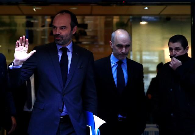 Pháp tạm ngưng tăng thuế nhiên liệu để xoa dịu áo vàng - Ảnh 1.