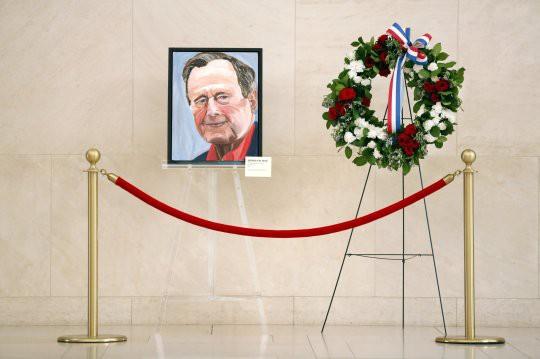 Ông Bush 'con' tiễn biệt cha bằng bức họa chân dung - Ảnh 1.