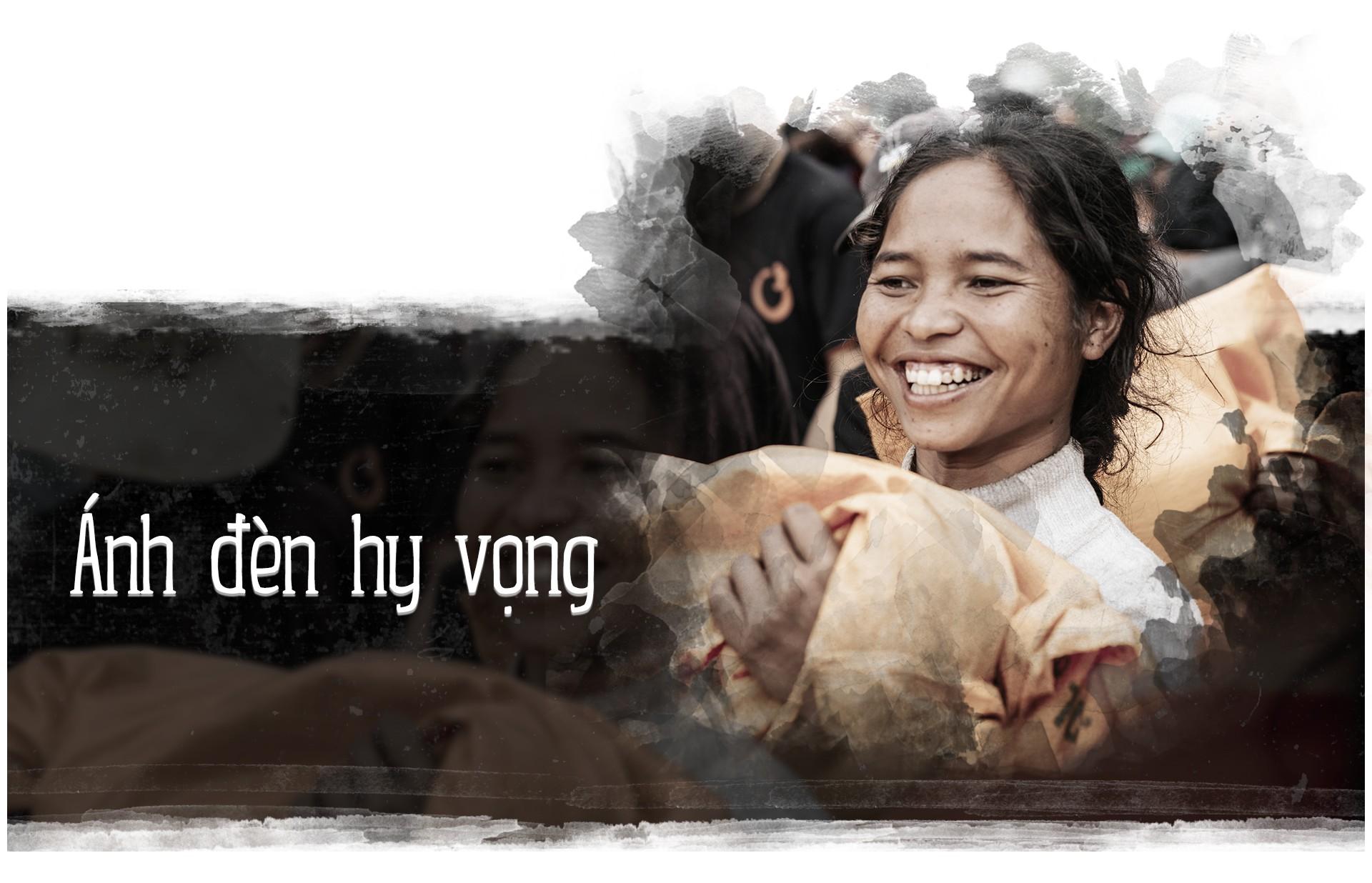 Hành trình cõng gạo cứu đói ở vùng biên của 70 người trẻ - Ảnh 9.