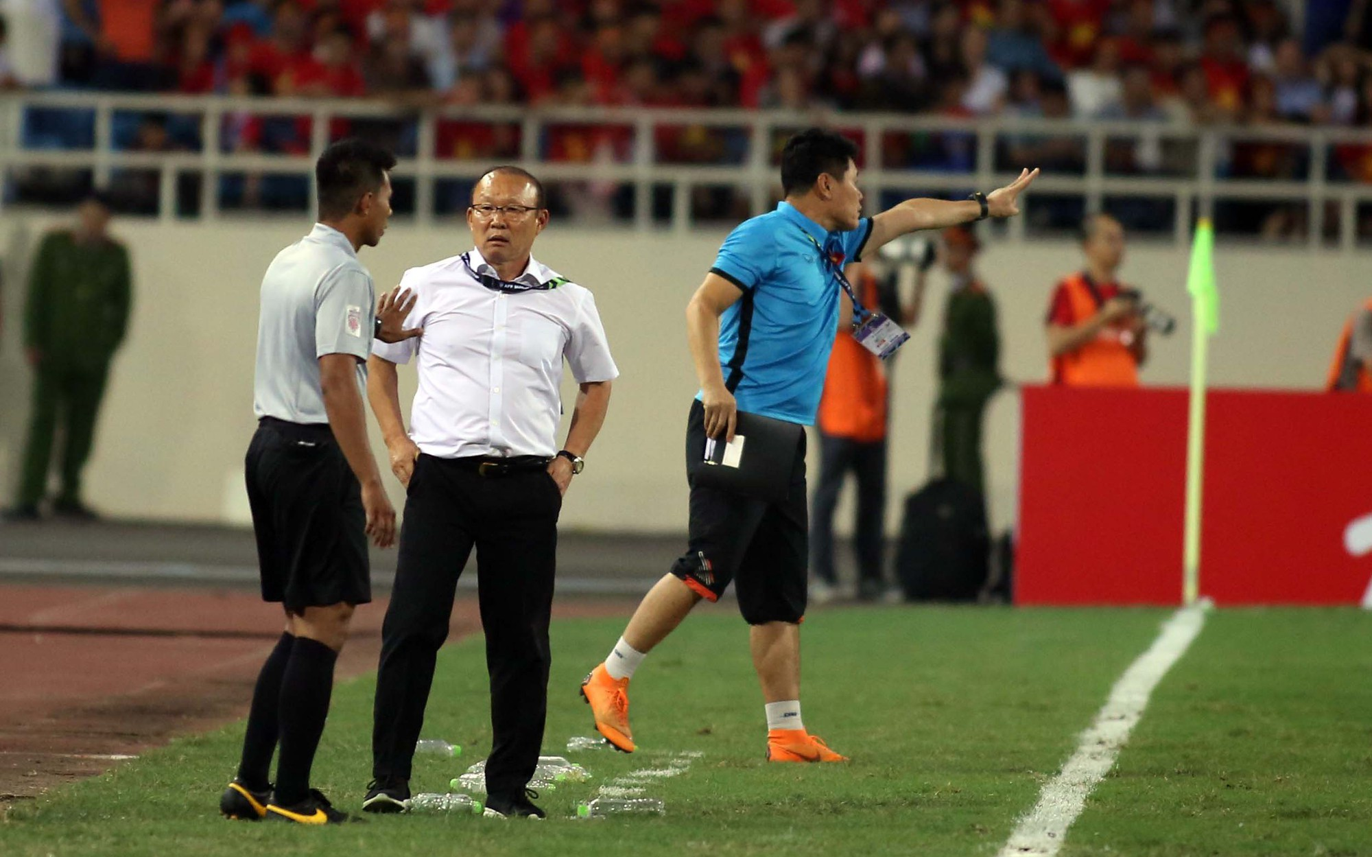 Ông Park phản ứng với trọng tài để bảo vệ các học trò
