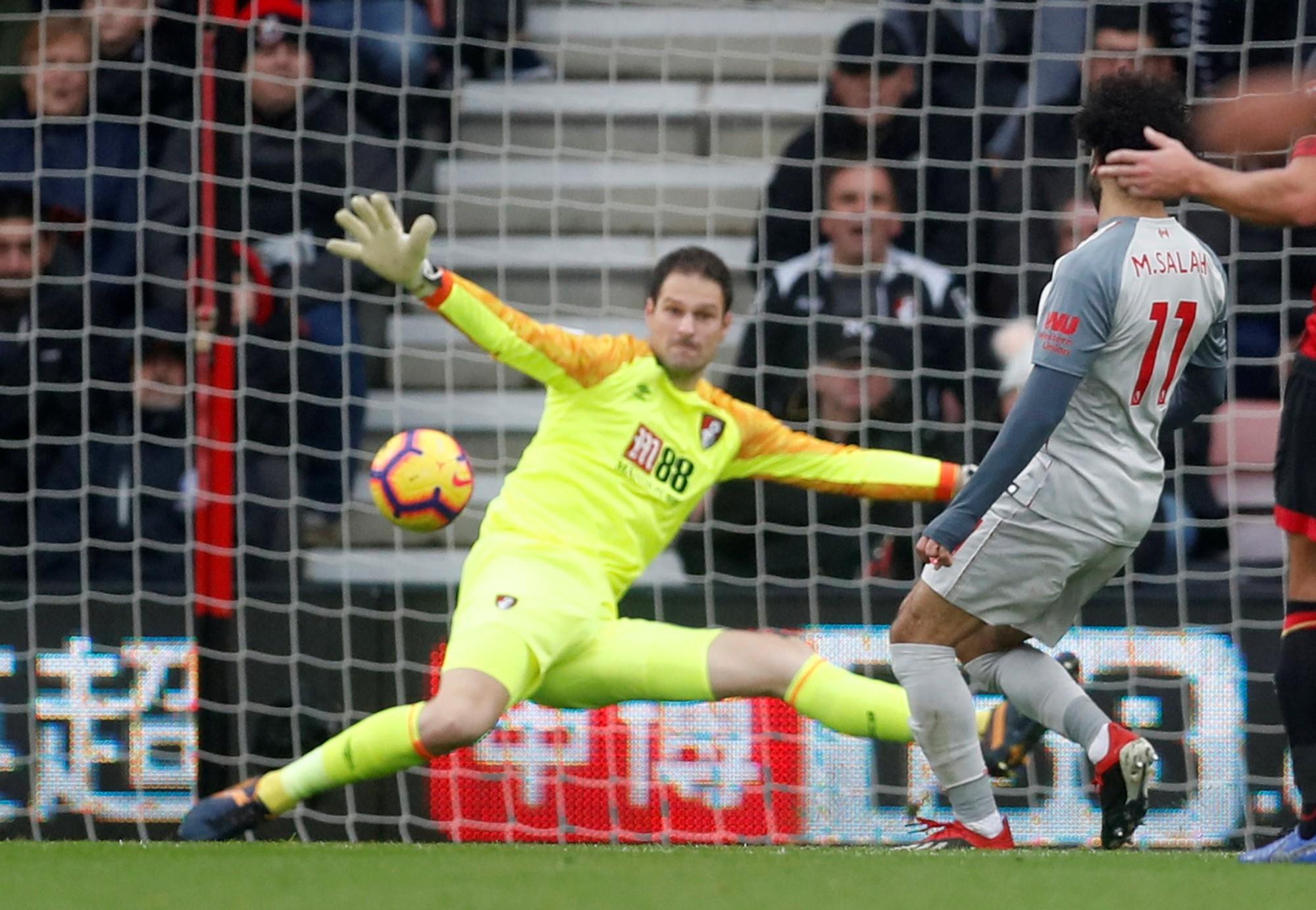 Salah lập hat-trick, Liverpool tạm chiếm ngôi đầu bảng - Ảnh 1.