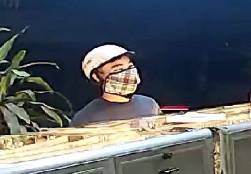 Công an thông báo truy tìm đối tượng cướp tiệm vàng táo tợn - Ảnh 2.