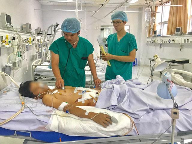 Phẫu thuật cứu người đàn ông bị nắp cống nghiền nát - Ảnh 1.