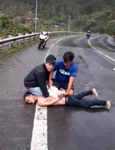 Dùng ôtô truy đuổi, bắt trộm xe máy trên đèo Cả - Ảnh 1.
