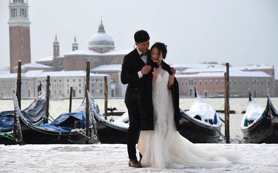 Chụp ảnh cưới trong băng giá trắng xóa