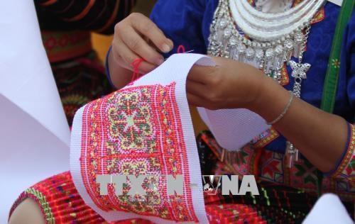 Bảo tồn giá trị văn hóa truyền thống trong trang phục của đồng bào Mông - Ảnh 1.