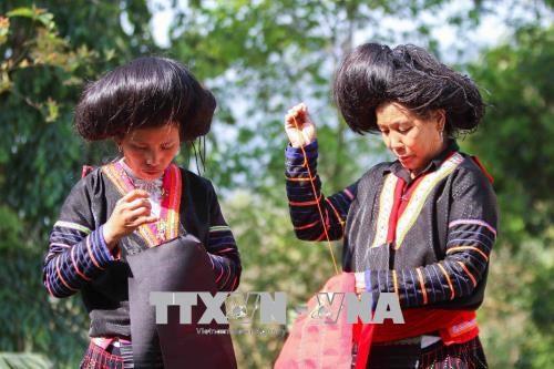 Bảo tồn giá trị văn hóa truyền thống trong trang phục của đồng bào Mông - Ảnh 2.