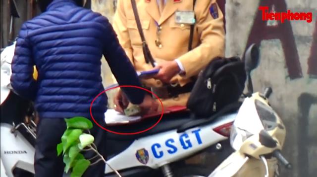 20 cảnh sát giao thông bị tạm đình chỉ từ clip nghi mãi lộ - Ảnh 1.