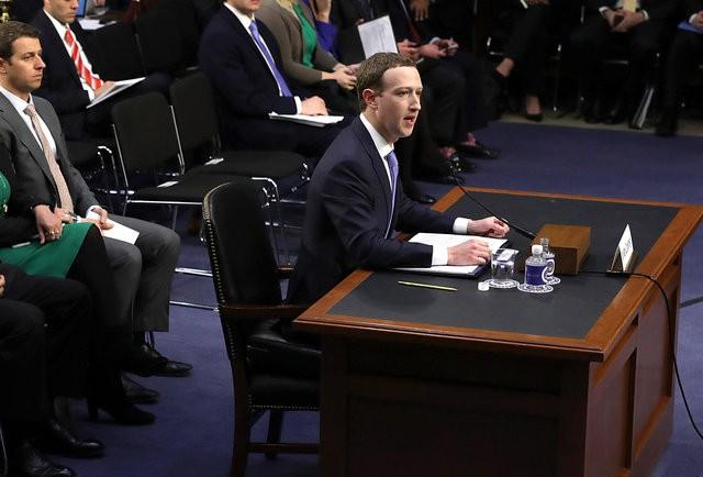 Mark Zuckerberg kê nệm ngồi để khỏa lấp chiều cao khiêm tốn? - Ảnh 1.