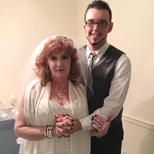 Trai 19 tuổi hạnh phúc với vợ 72 tuổi - Ảnh 1.