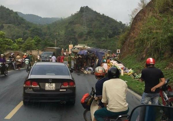 Tai nạn liên hoàn trên đường Sơn La - Hà Nội, 1 người chết - Ảnh 1.