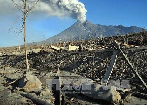 Núi lửa Merapi phun trào, Indonesia khẩn cấp sơ tán người dân - Ảnh 1.