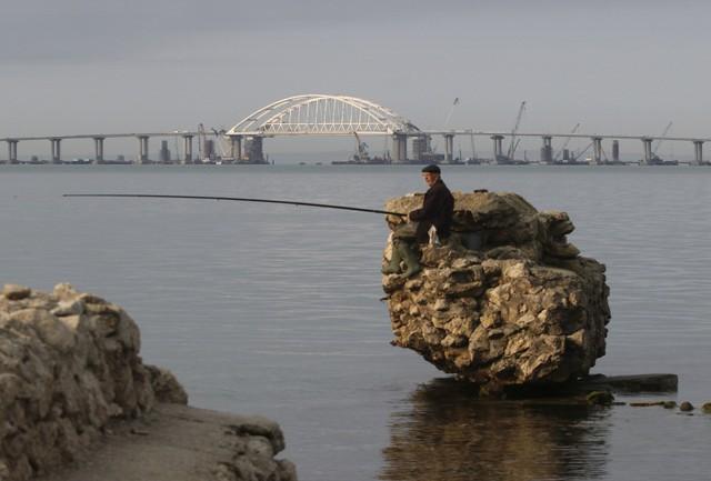 Ông Putin tự lái xe tải qua cầu mới mở nối Nga với Crimea - Ảnh 3.