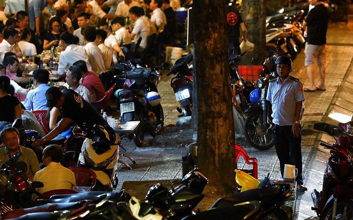 Vỉa hè Sài Gòn lại bị chiếm trọn làm quán nhậu, bãi xe