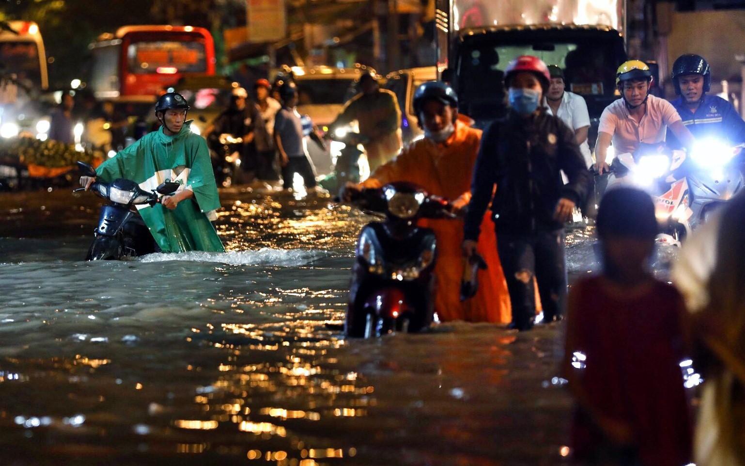 TP.HCM ngập nặng, người dân bì bõm dắt xe về lúc nửa đêm