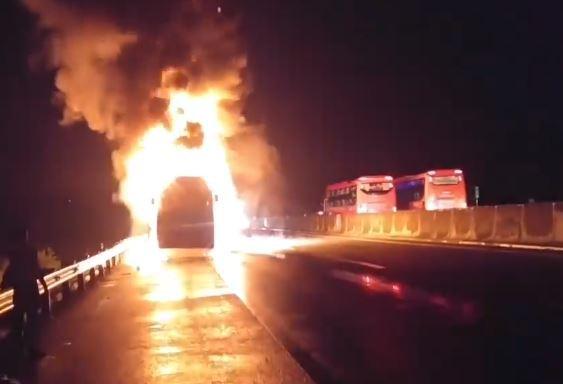 Xe khách lại bốc cháy trên cao tốc TP.HCM - Trung Lương - Ảnh 1.